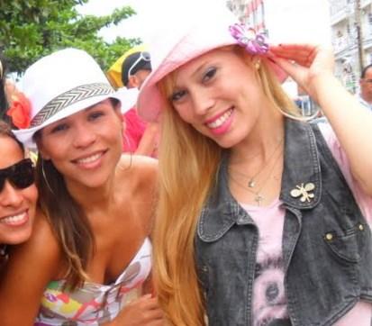 ( Mayra aposta no chapéu modelo panamá e eu em um de tecido). 3458d178864